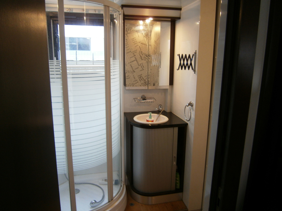 Allestimento camper coperture e verande per camper - Rivestimento pareti bagno camper ...